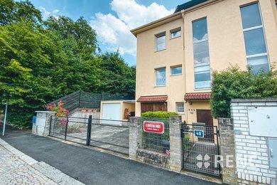Prodej koncového řadového čtyřpodlažního rodinného viladomu se zahradou v ulici U družstva Práce, Ev.č.: 00989