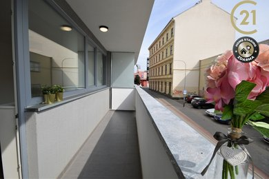 Byt s luxusním balkonem, parkováním v garážích a společnou zahrádkou, Ev.č.: C21_122-201-326956-1