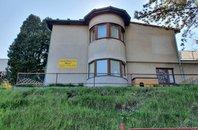 Patrová vila s pozemkem vhodným pro stavbu další nemovitosti v klidné části pražských Modřan