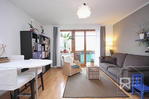 Obývací pokoj - pohled směrem od kuchyňské linky