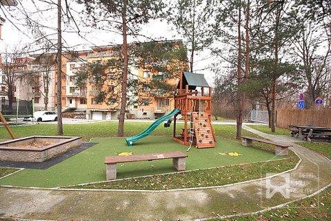 Dětské hřiště před domem