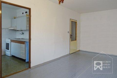 Obývací pokoj se vstupem do kuchyně