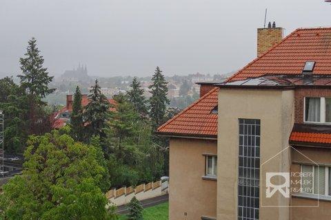 Výhled z obývacího pokoje na Pražský hrad