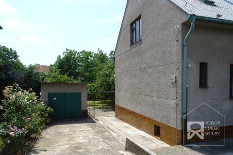 Pohled na dům + garáž