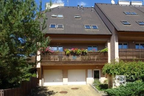 Pohled na dům - garáž