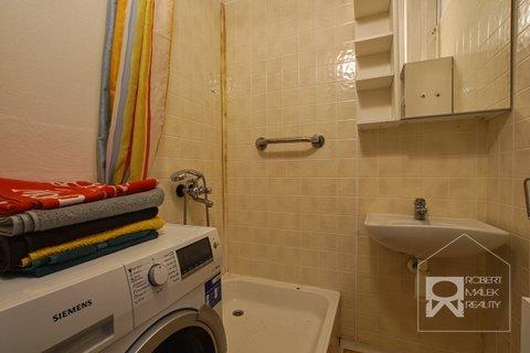 Koupelna s pračkou a sprchovým koutem