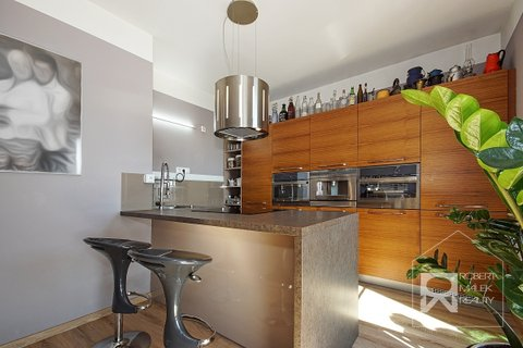 Kuchyňská linka s barovým pultem