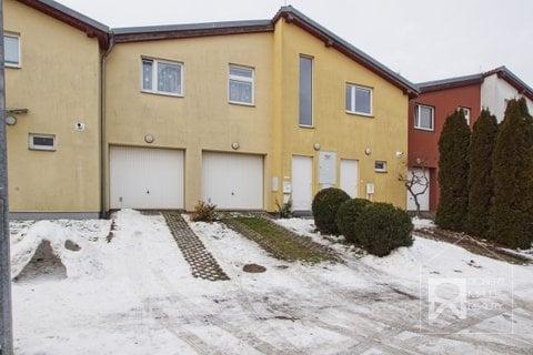 Pohled na dům + parkovací stání před domem