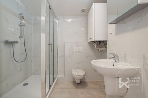 Koupelna se sprchovým koutem a toaletou