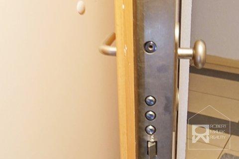 Bezpečnostní dveře v bytě
