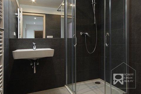 Koupelna se sprchovým koutem (možnost dokoupení pračky)