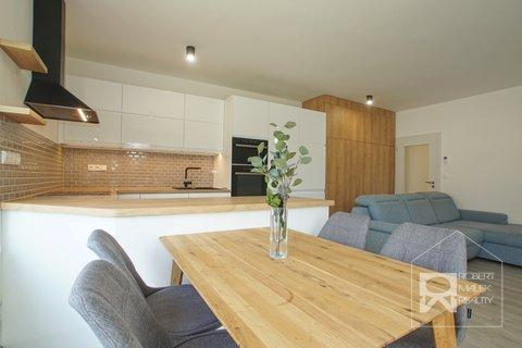 Obývací pokoj s kuchyňským koutem 1