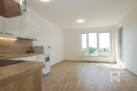 Obývací pokoj s kuchyňským koutem a vstupem na lodžii