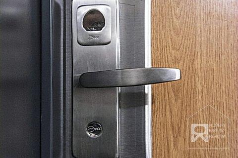Bezpečnostní dveře na otisky s kamerovým systémem