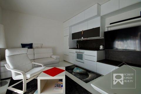 Obývací pokoj s kuchyňským koutem a vstupem na terasu