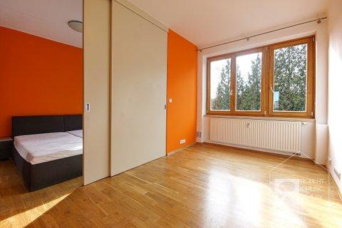Dětský pokoj + ložnice - odděleno posuvnými dveřmi