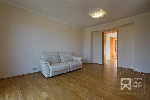Obývací pokoj - pohled z kuchyňe