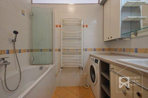 Koupelna s vanou a pračkou