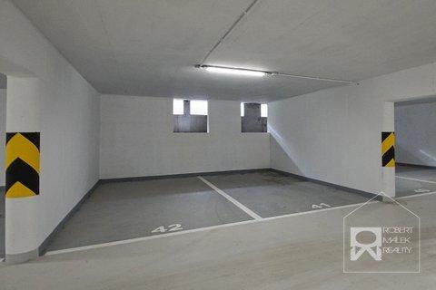 Vlastní kryté parkovací stání v domě