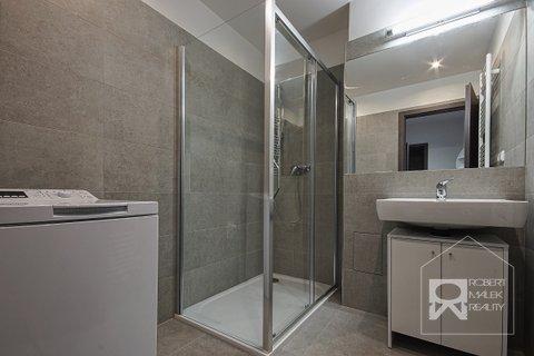 Koupelna se sprchovým koutem a pračkou