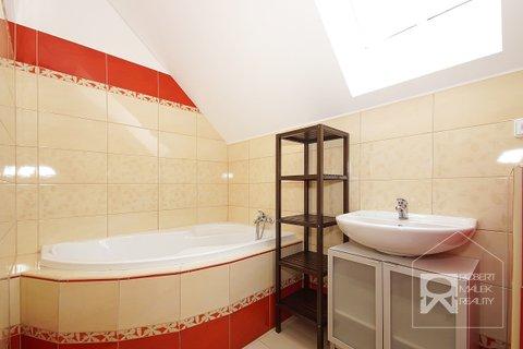 Koupelna s vanou a toaletou v 1.patře