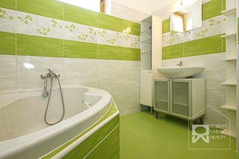 Koupelna s vanou v 1.patře domu