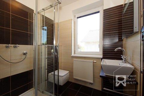 Koupelna s toaletou v přízemí domu