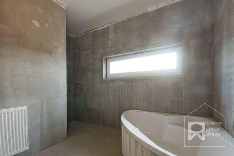 Koupelna s vanou a sprchovým koutem