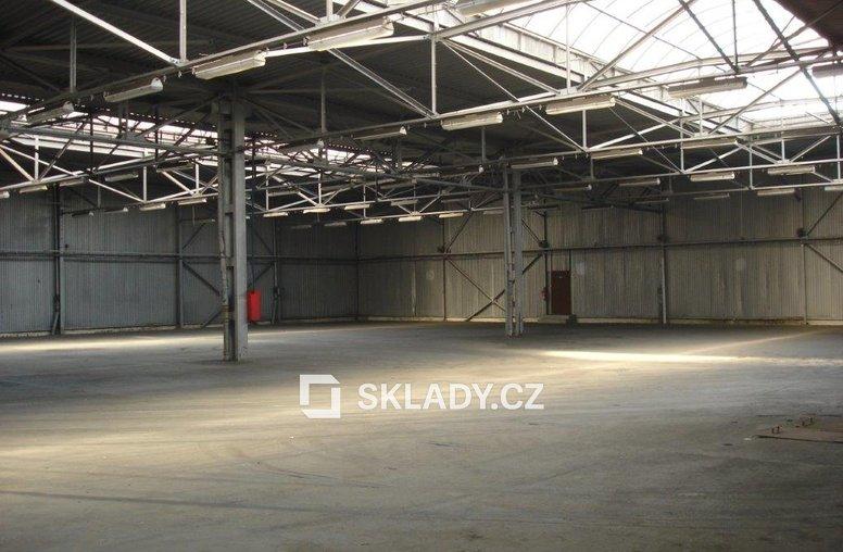 Vnitřek skladu 880 m2