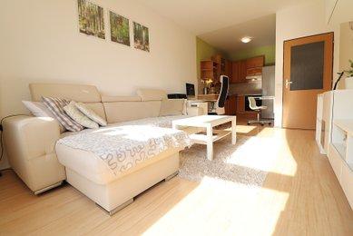 Prodej slunného, kompletně zařízeného bytu 2+kk (CP 56 m²) s balkonem, Brno-Žebětín