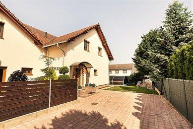 Prodej rodinného domu s vyhřívaným bazénem, 6+kk, 786m², Troubsko, okres Brno-venkov