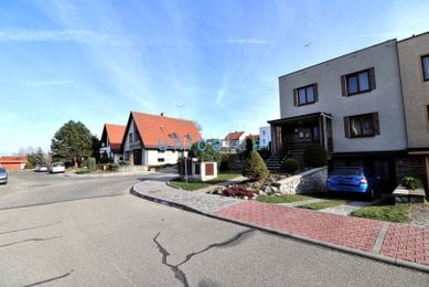Prodej patrového rohového rodinného domu 5+1 v klidné části Vyškova
