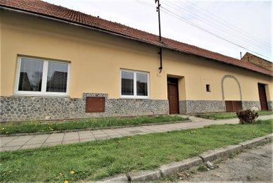 Prodej rodinného domu se dvěma bytovými jednotkami, 2256 m², Nesovice