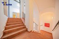 8_schodiště do zázemí pro zaměstnance_budova A